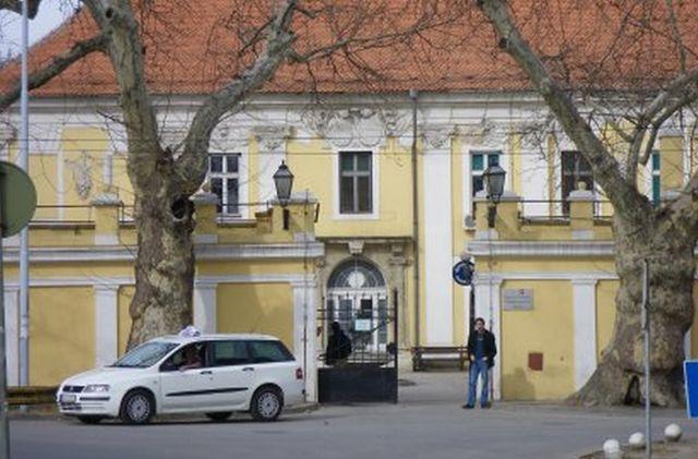72987_1032-zgrada-vojne-bolnice-u-petrovaradinu-foto-j-lukic_f