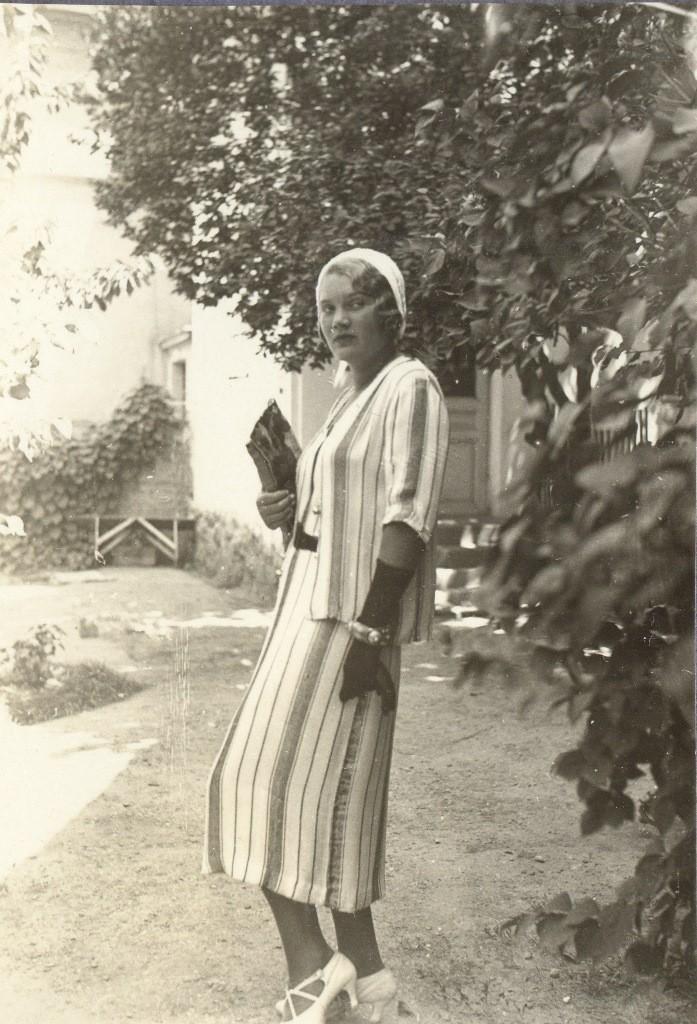 O. Bogdanovic, u porodicnoj kuci na Senjaku, oko 1930