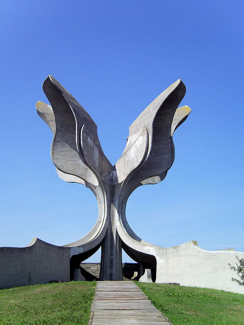 800px-KZ-Jasenovac-Denkmal-Zugang