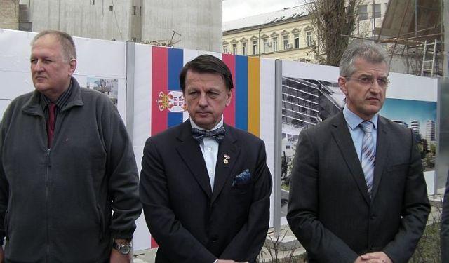 Predrag Tomić, počasni konzul Jermenije (u sredini) ispred spornog gradilišta Foto: 021.rs