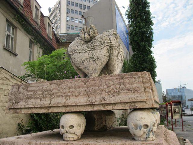 Sklonjeni nadgrobni spomenik porodice Čenazi