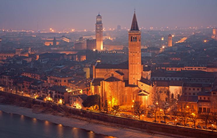 Grad Romea i Julije nije samo sinonim večne ljubavi. Jednako koliko svojom uzbudljivom prošlošću, bogatom istorijom i kulturom, Verona se ponosi i fascinantnim ostacima srednjovekovnog graditeljstva i umetnosti zarad koje je godišnje poseti skoro tri miliona turista
