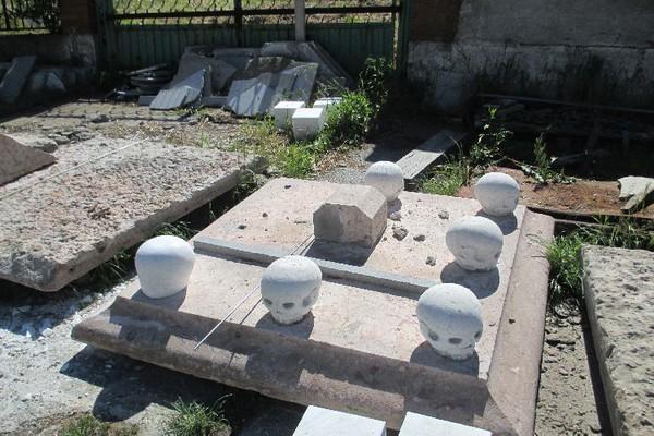 9909-575690539f5bc-spomenik-porodici-cenezi-4