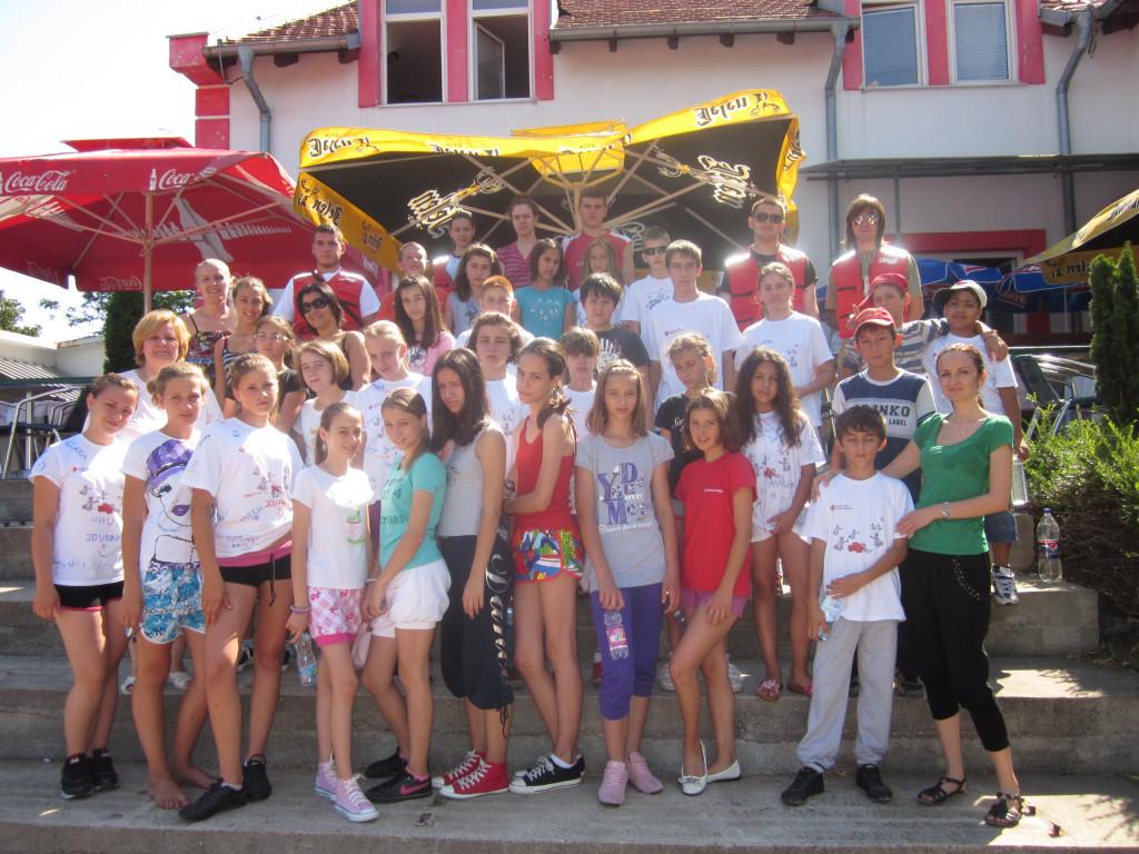 sa decom koja su na odmoru i opravku u domu Crvenog krsta na Vrsackom bregu