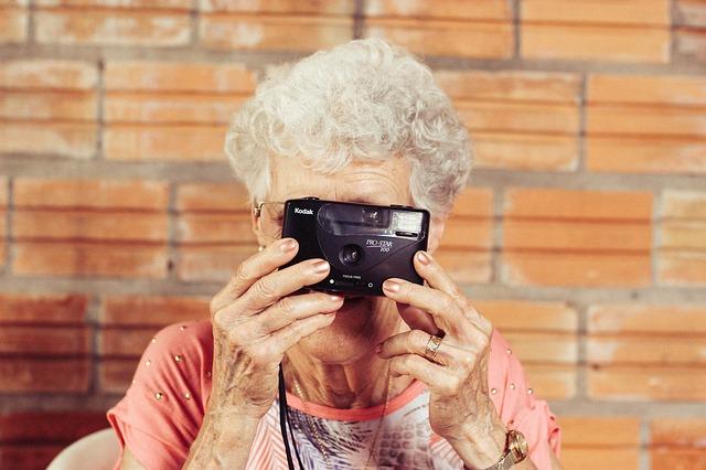 grandmother-923871_640