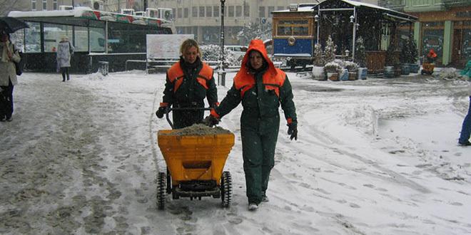 posipanje-soli-ulice-sneg-zima-led-novi-sad-komunalci-ciscenje-cistoca-jpg_660x330